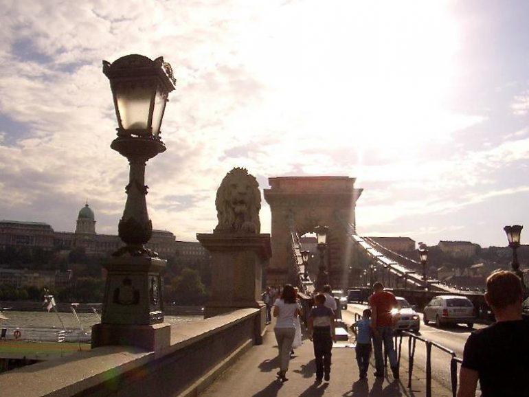 Trampen durch Europa: Kettenbrücke über die Donau in Budapest