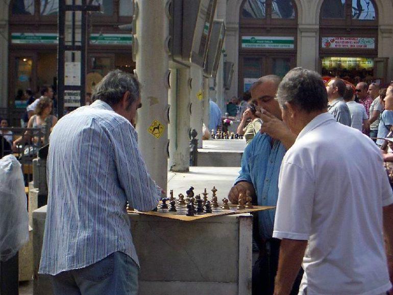 Trampen durch Europa: Männer spielen Schach in Budapest