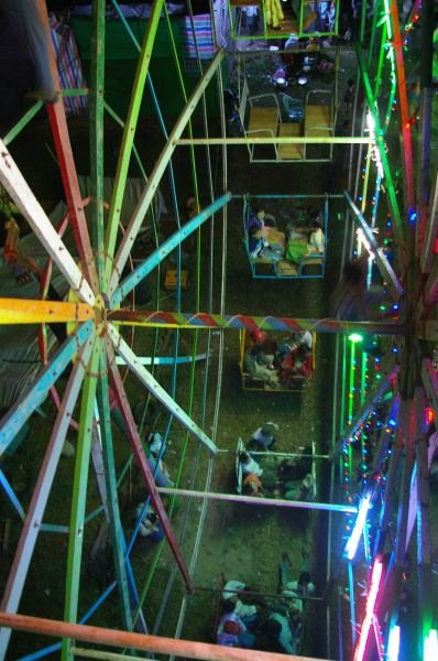 Jahrmarkt in Myanmar: Das filigrane Riesenrad