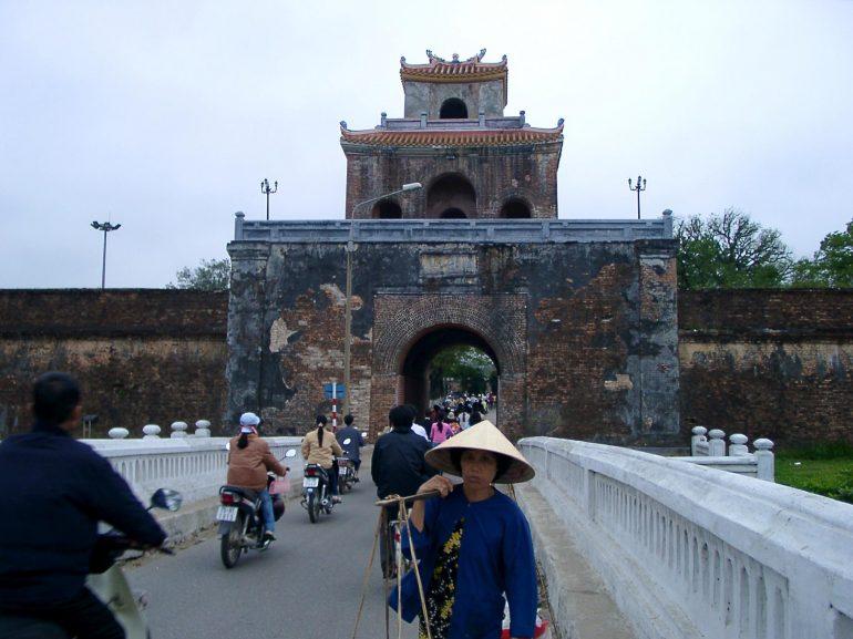 Menschen auf einer Brücke in Hue