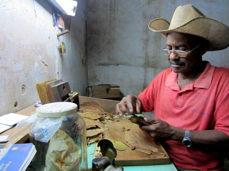 Radreise Kuba: Don Pedro beim Zigarrenrollen