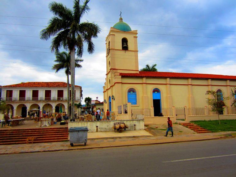 Radreise Kuba: Kirche im Zentrum von Viñales