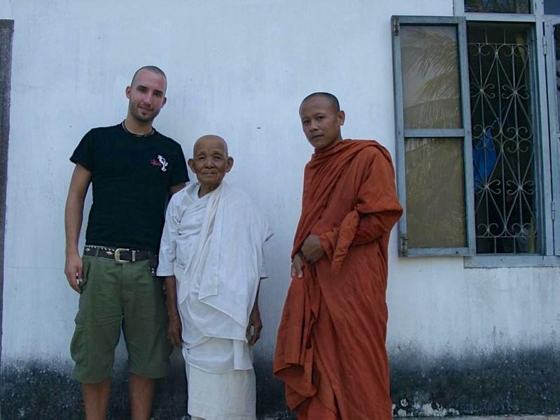 Buddhismus in Kambodscha: Marco Buch mit Mönch und alter Frau