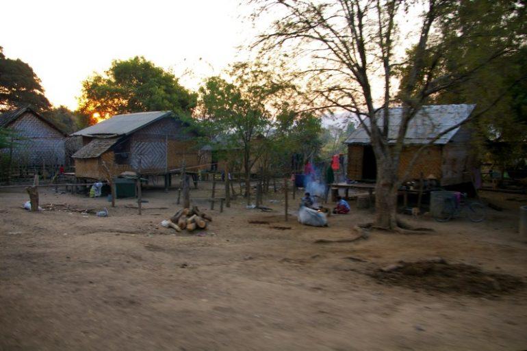 Myanmar: Hütten im Sonnenaufgang neben der bahnstrecke