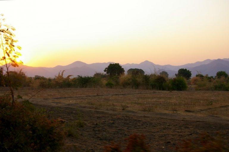 Myanmar: Weite Landschaft im Sonnenaufgang