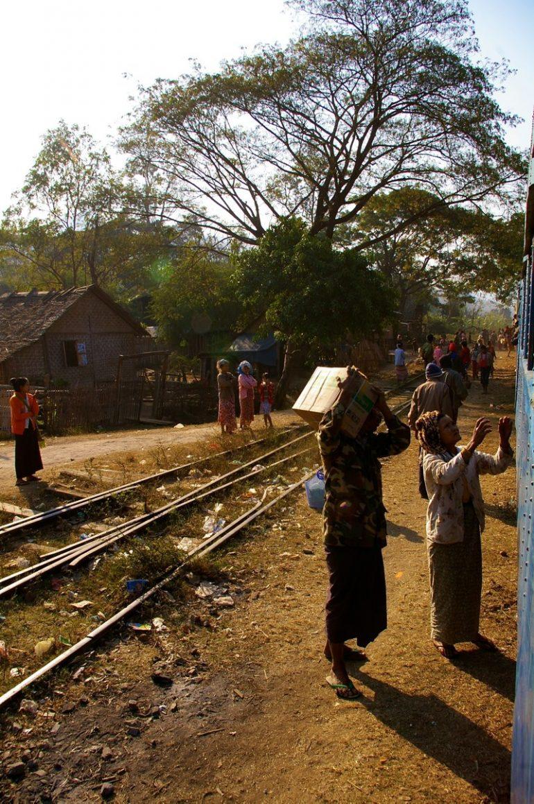 Myanmar: Verkäufer neben der Zugstrecke