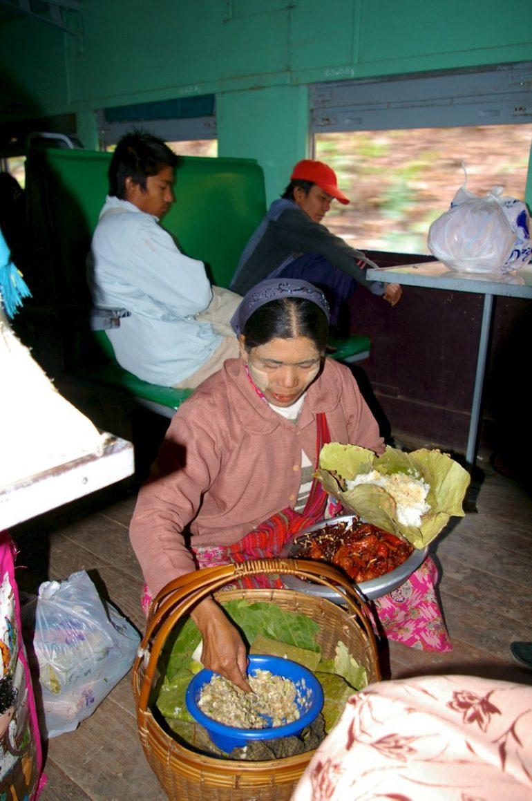 Myanmar: Verkäuferin mit Tanaka-Paste im Zug