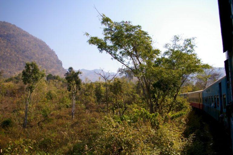 Myanmar: Zug vor den Shan-Bergen