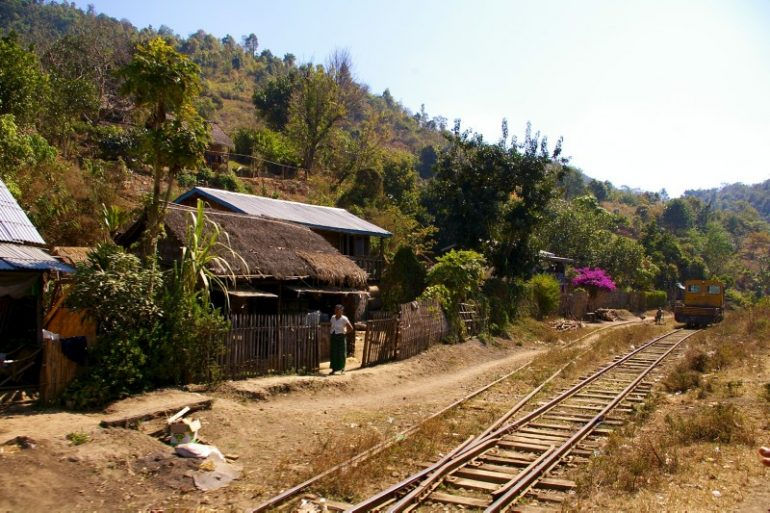 Myanmar: Häuser entlang der Zugstrecke