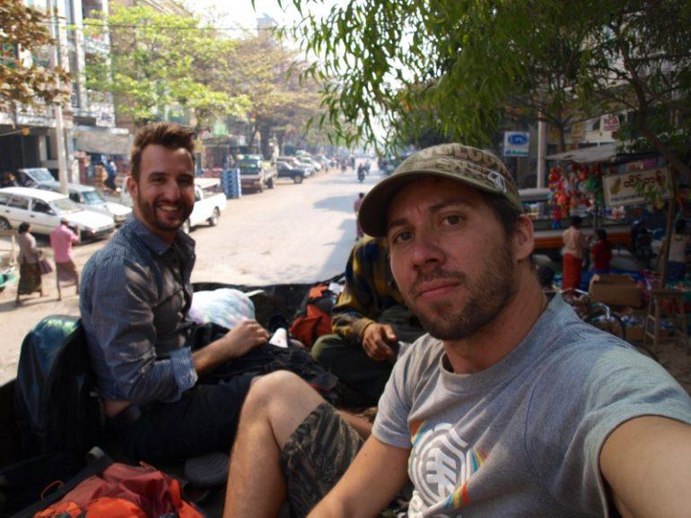 Marco Buch und Reisefreund auf einem Pick-Up in Pyin U Lwin