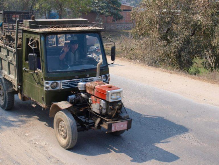 Mann in Arbeitsfahrzeug bei Pyin U Lwin