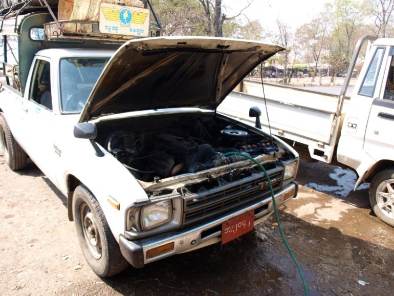 Auto mit offener Motorhaube auf dem Weg nach Pyin U Lwin