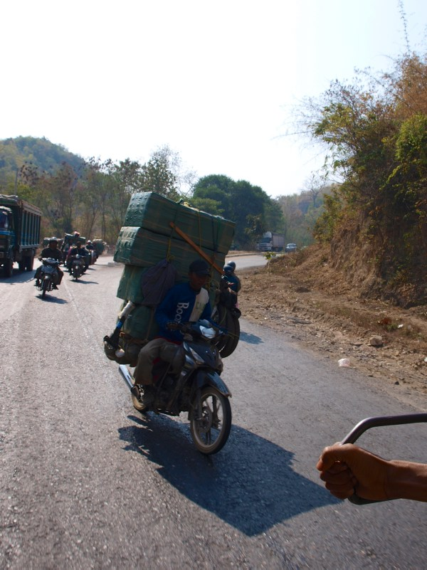 Schwerbeladene Motorräder in Pyin U Lwin