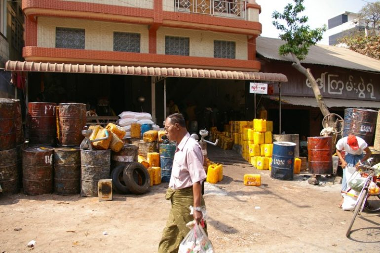Mann vor Tankstelle in Myanmar
