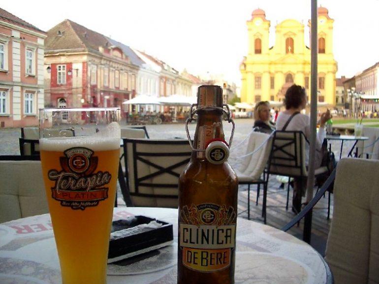 Trampen durch Europa: Ungefiltertes Bier am Marktplatz von Timisoara