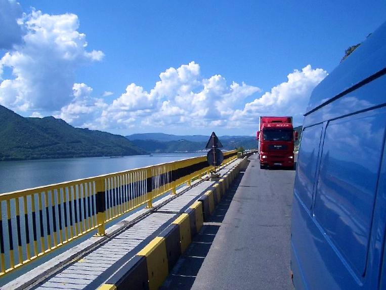 Trampen durch Europa: LKW-Verkehr entlang der Donau