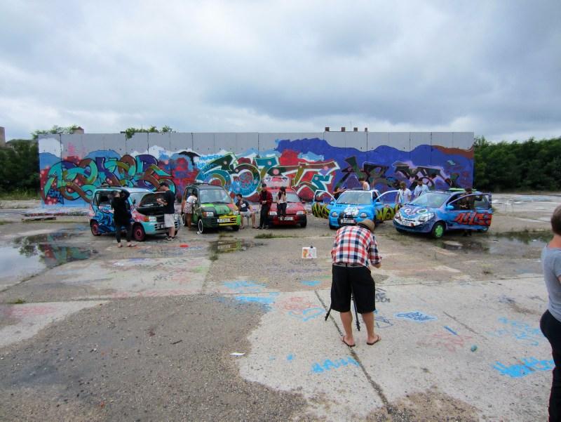 1000 Pannen vor Kazantip: Schrottautos vor Berliner Mauer