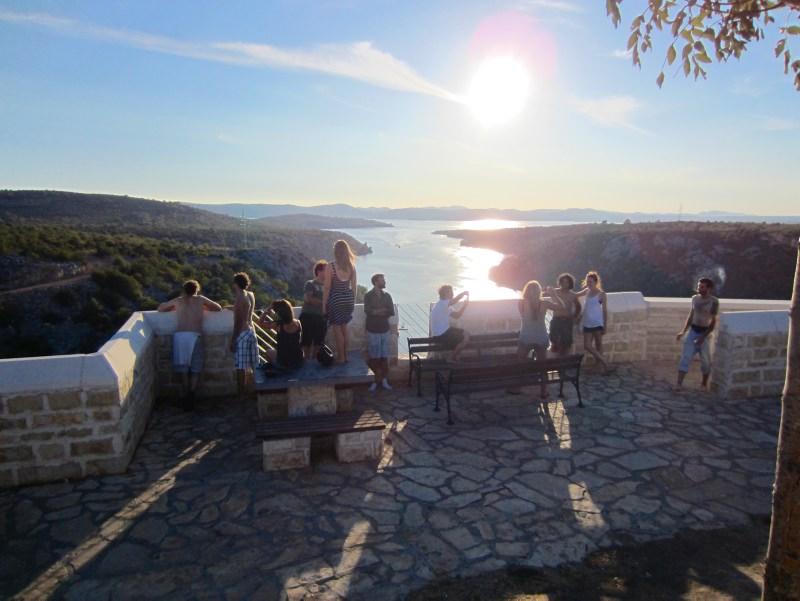 1000 Pannen vor Kazantip: Gruppe vor Sonnenuntergang über der Adria