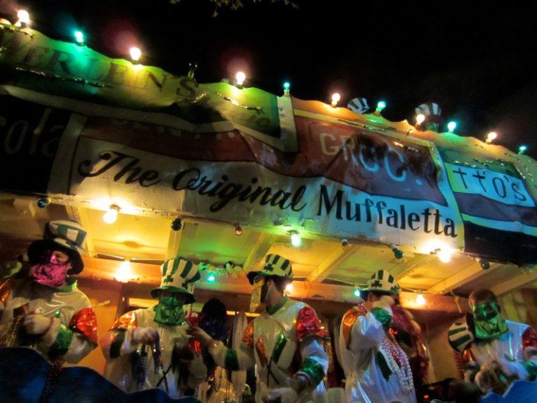 Beste Festivals: Männer auf wagen währen Parade zum Mardi Gras