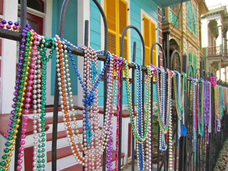 Beste Festivals: Perlen an einem Geländer während Mardi Gras in New Orleans