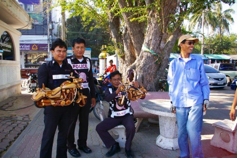 Mietwagen Thailand: Freundliche Polizisten in Thailand