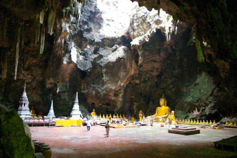 Mietwagen Thailand: Höhle mit Buddha-Statuen in Petchaburi