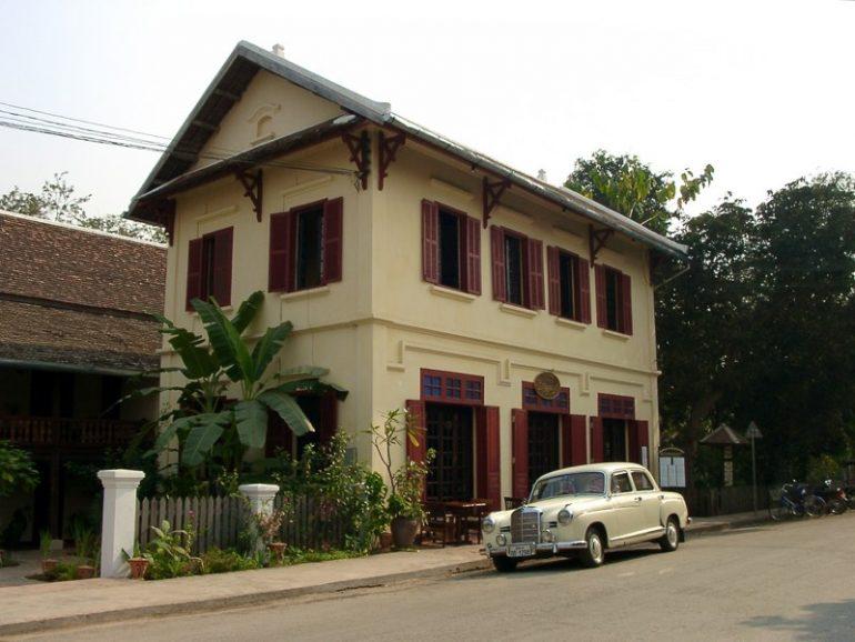Laos: Strassenszene mit Oldtimer in Luang Prabang