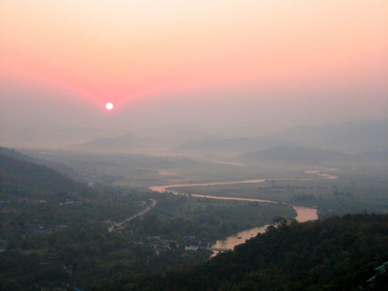 Vipassana Retreat: Unglaublicher Sonnenaufgang im Tal vor dem Wat Thaton