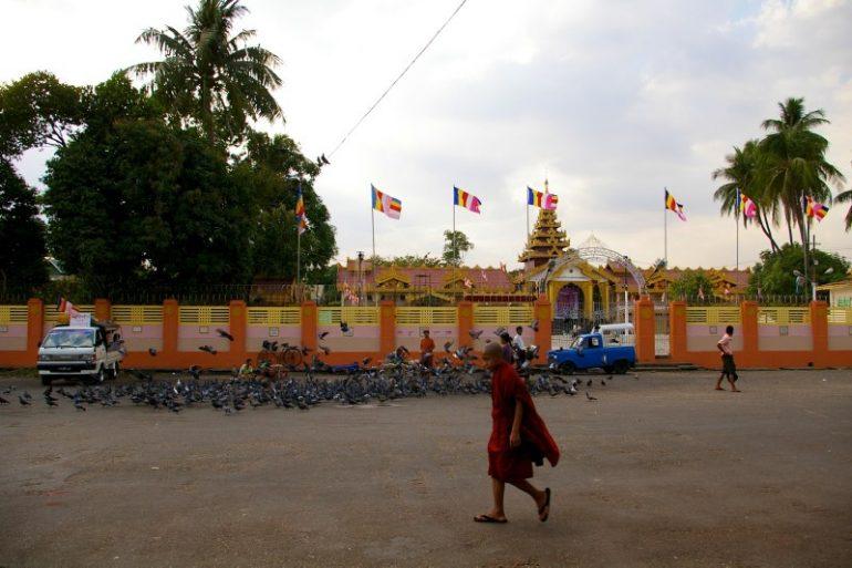 Yangon: Ein Mönch läuft vor der Botataung-Pagode