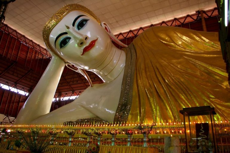 Yangon: Liegender Buddha in gold
