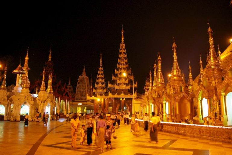 Yangon: Die Shwedagon Pagode bei Nacht