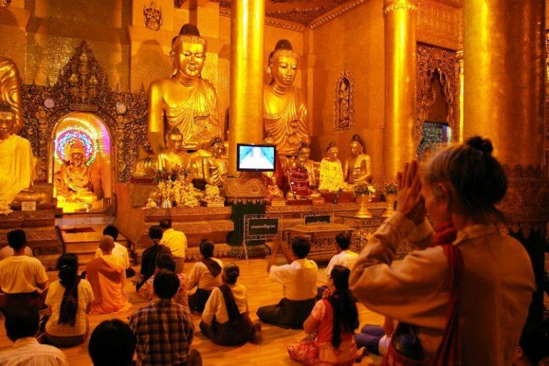 Yangon: menschen beten in der Shwedagon Pagode