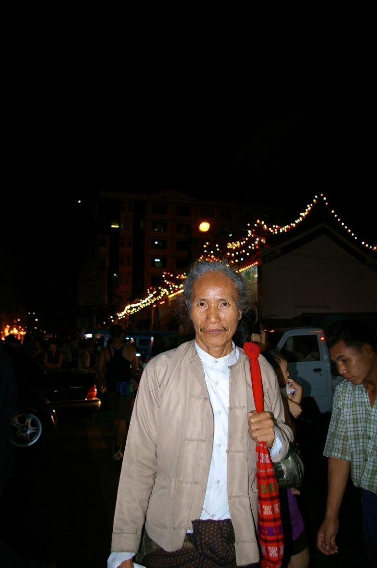 Yangon: Burmese vor Lichtern im nächtlichen Yangon