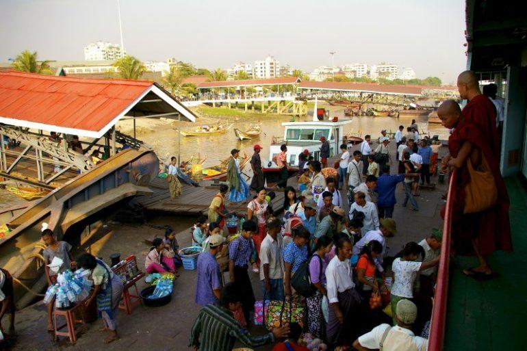 Ayeyarwaddy: Blick vom Boot auf eine Anlegestelle