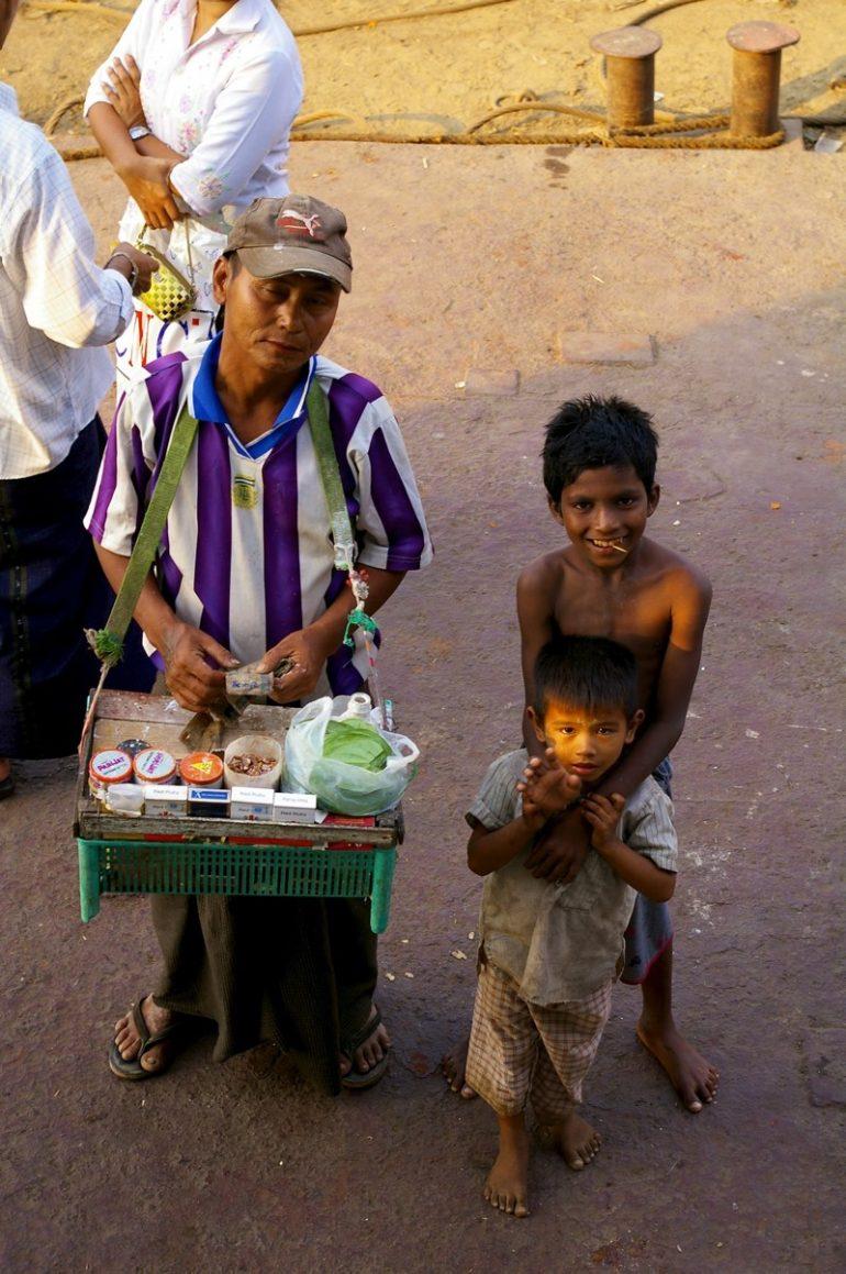 Ayeyarwaddy: Verkäufer und Kinder am Bootsanleger