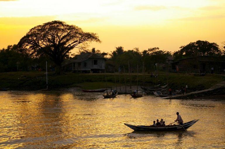 Ayeyarwaddy: Einfaches Boot im Sonnenuntergang