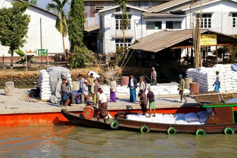 Ayeyarwaddy: Waren werden ein- und ausgeladen
