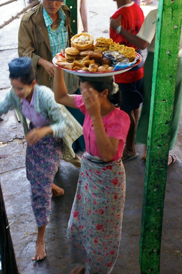Ayeyarwaddy: UImbissverkäufer steigen an einem Anleger zu