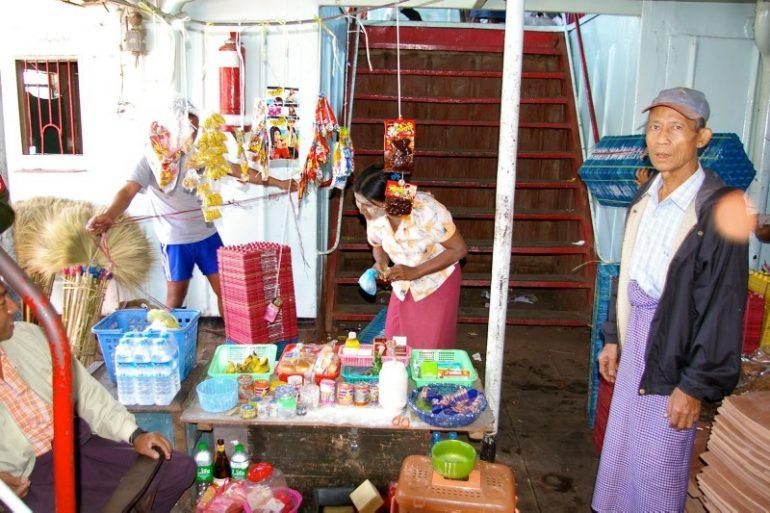 Ayeyarwaddy: Kleiner Shop mit Kunden an Bord des Schiffs
