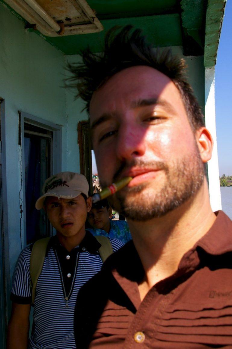 Ayeyarwaddy: Marco Buch mit Cheroot an Bord des Schiffes auf dem Ayeyarwaddy