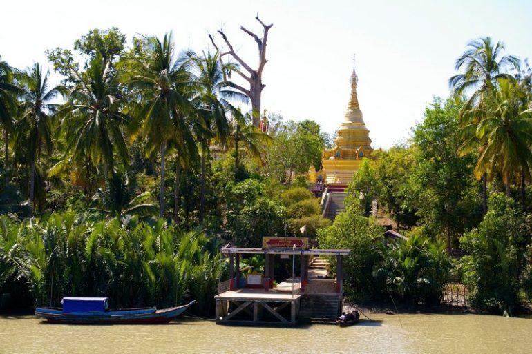 Ayeyarwaddy: Eine von vielen goldenen Pagoden am Ufer