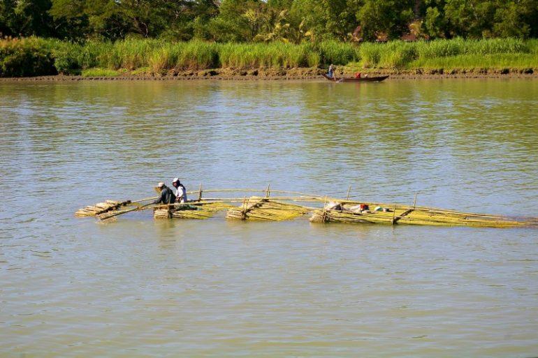 Ayeyarwaddy: Ein improvisiertes Transportboot