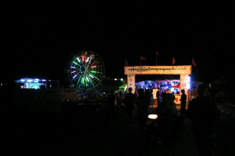 Jahrmarkt in Myanmar: Riesenrad in Chaung Tha