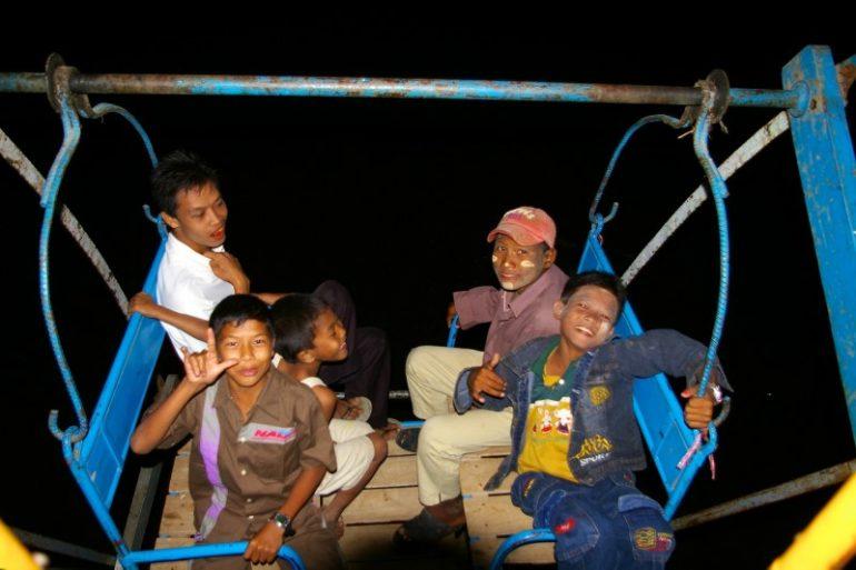 Jahrmarkt in Myanmar: Freundliche, burmesische Mitreisende im Riesenrad
