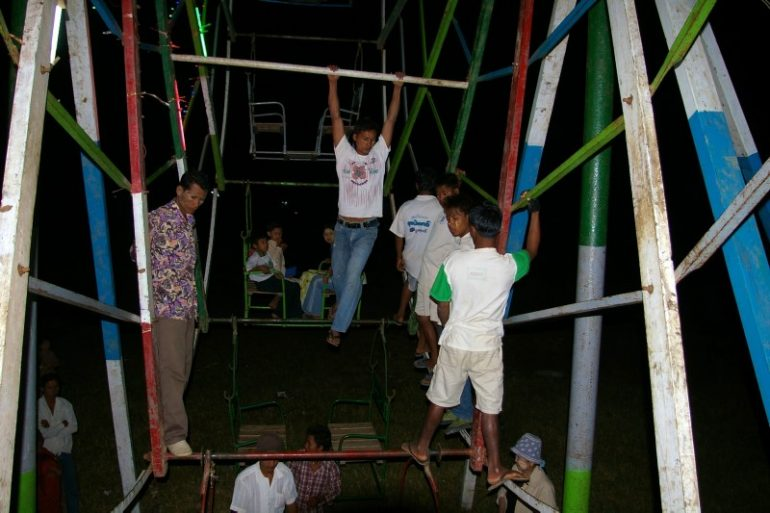 Jahrmarkt in Myanmar: Burmesische Jungs auf dem Riesenrad