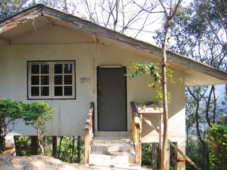 Vipassana Retreat: Kleines Haus als Unterkunft vor einem Tal in Wat Thaton