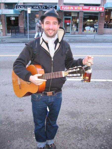 Gesichtsverlust vermeiden: Marco Buch mit Gitarre und Whisky