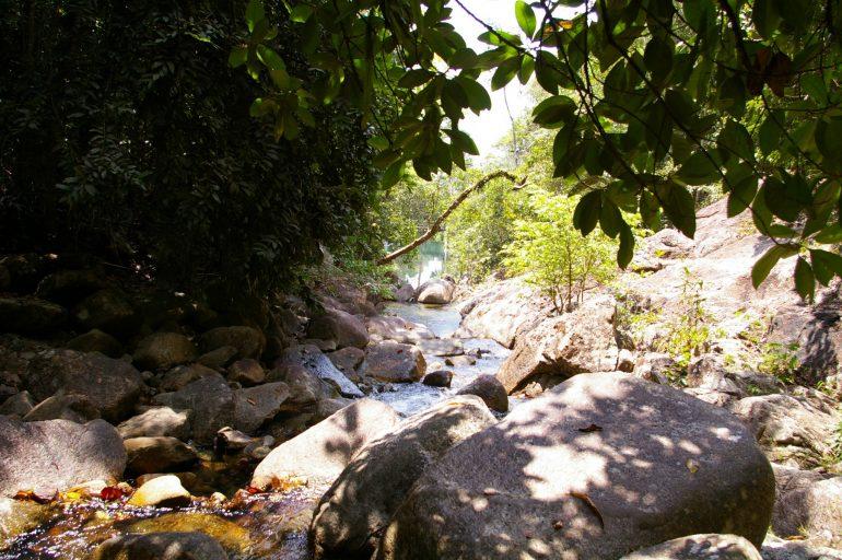 Khao Ra: Ein Bach kreuzt den Weg nach oben
