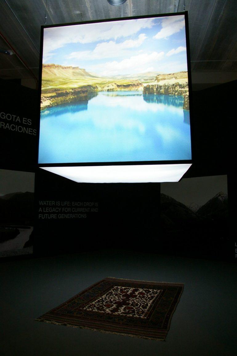 Expo 2008: Leuchtwürfel über teppich