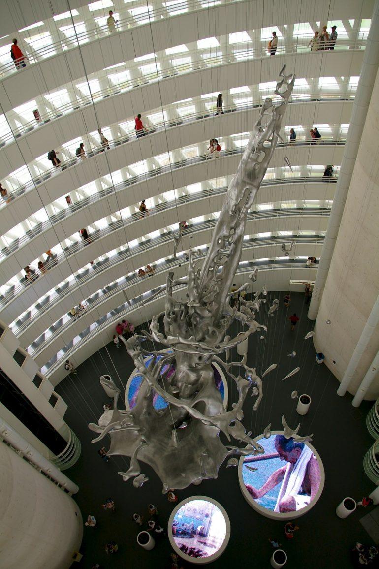 Expo 2008: Riesige Installation mit Menschen im Hintergrund